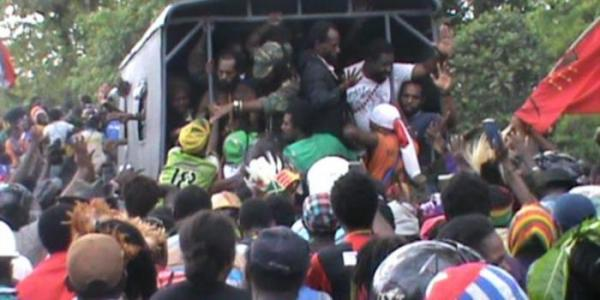 The 29 West Papuan protestors arrested yesterday at a demonstration calling for the freedom of the imprisoned French journalists. Image: Suara Papua.com