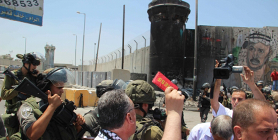 Palestinian journalists demonstrate for freedom of movement - the red card is an IFJ press card. Image: Avaaz.org