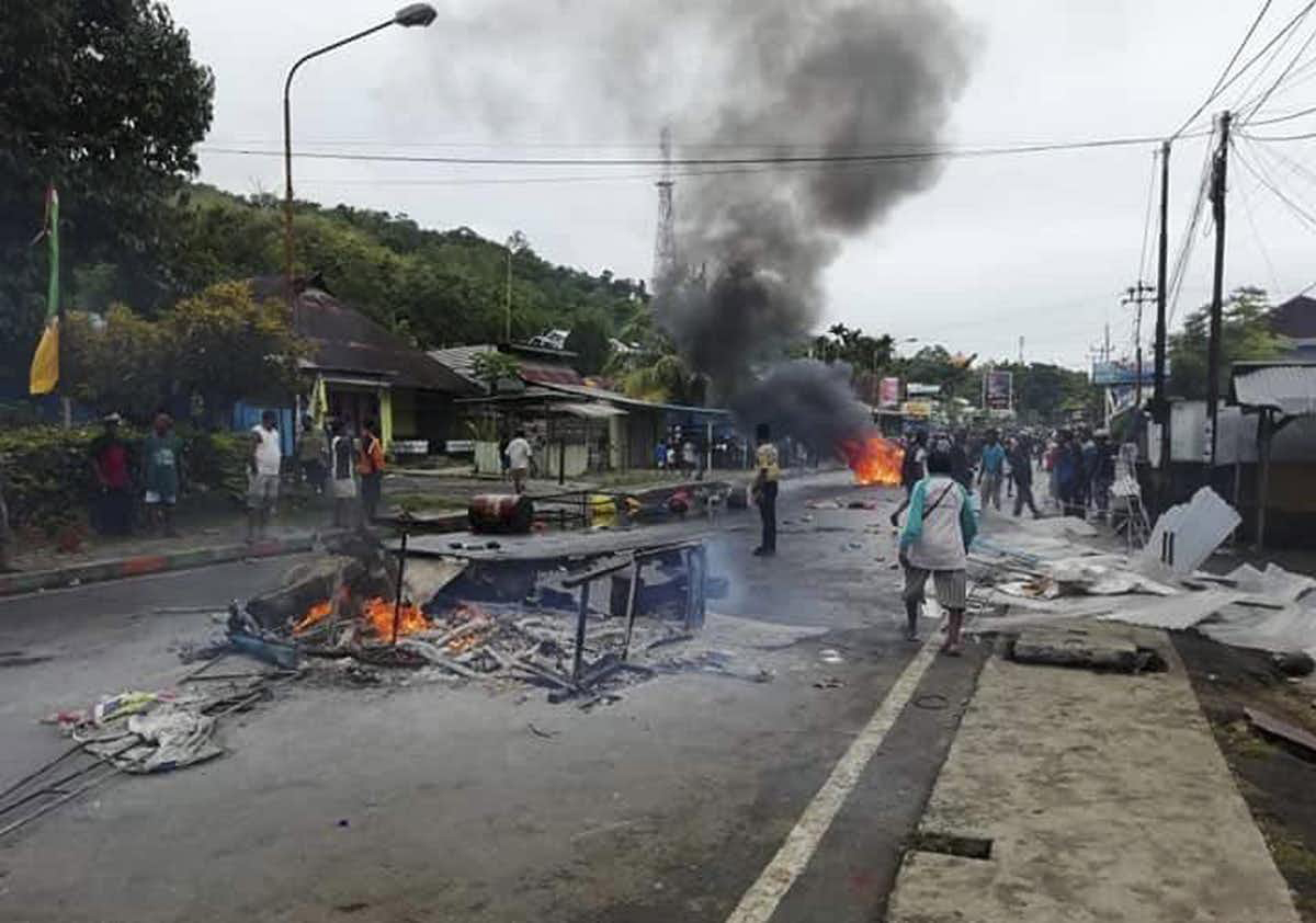 Papuan protesters set fire to the local Parliament building and cars in Manokwari earlier this week. Image: Sofwan Azhari/EPA