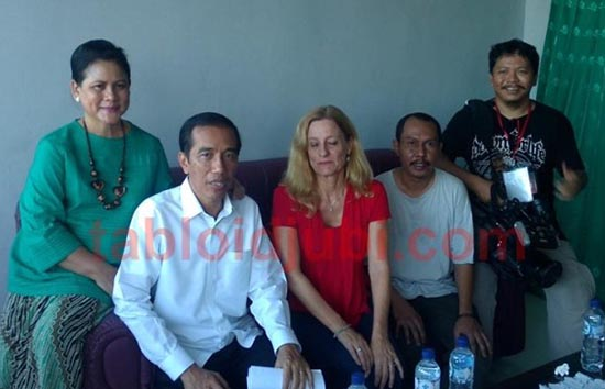 President Jokowi with First Lady Ibu Iriana and reporters from AlJazeera (Step Vaessen, on his left) and Bobby Gunawan (far right), and from Jubi, Victor Mambor after doing an exclusive interview in Abepura. Image: Jubi